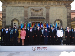A large group of people pose in front of a castle in Mexico City